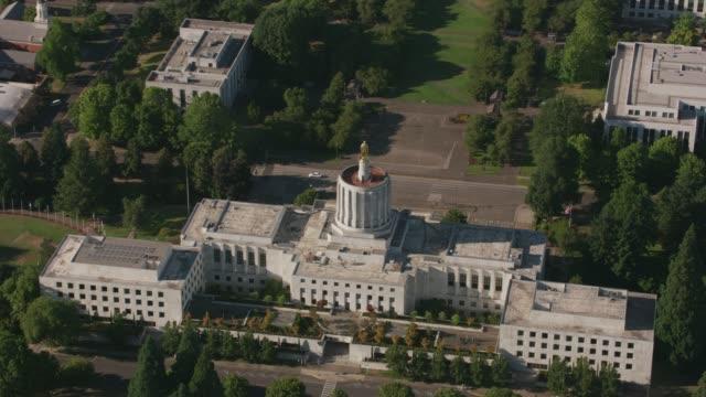 stockvideo's en b-roll-footage met luchtfoto van oregon state capitol building, salem, oregon. - kapiteel