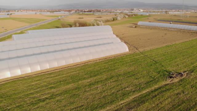 luftaufnahme von ökologischem landbau und gewächshaus - gewächshäuser stock-videos und b-roll-filmmaterial