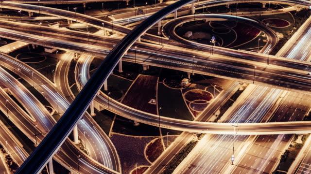 vidéos et rushes de vue aérienne t/l du passage supérieur, du métro et de la ville la nuit / dubaï, émirats arabes unis - science et technologie