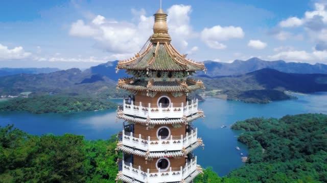 南投、台湾 pacien パゴダ、日月潭、南投、台湾で pa シエン ・塔の空撮 - 仏塔点の映像素材/bロール