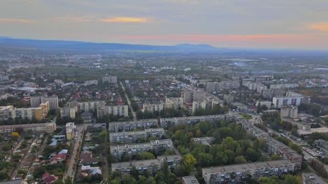 vista aerea della vista panoramica sulla città sul tetto uzhgorod ucraina europa - transcarpazia video stock e b–roll