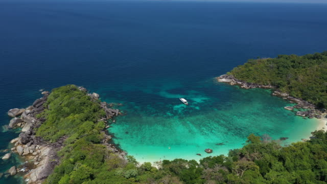 vidéos et rushes de vue aérienne de la plage paradisiaque avec le rocher et le sable blanc et l'eau cristalline turquoise de l'océan indien, boulder island ou nga khin île de nyo, myanmar - mer d'andaman