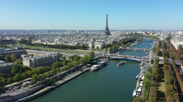 veduta aerea di parigi francia con senna e grand palais - parigi video stock e b–roll