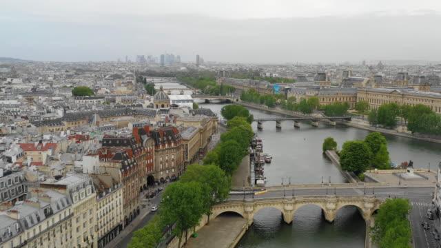 aerial view of paris, seine river and cite island - parigi video stock e b–roll