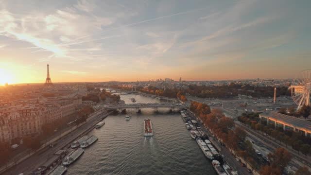 vidéos et rushes de vue aérienne de paris avec la rivière de seine pendant le coucher du soleil - tour eiffel