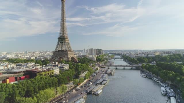 vidéos et rushes de vue aérienne de paris avec la rivière seine - tour eiffel