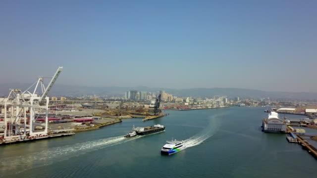 stockvideo's en b-roll-footage met luchtfoto van passeren van boten in het kanaal van oakland harbor - baai