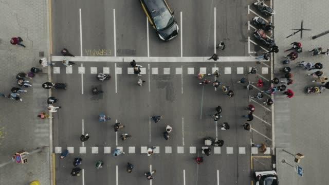 Luftaufnahme von Fußgängern, die hinübergehen. – Video