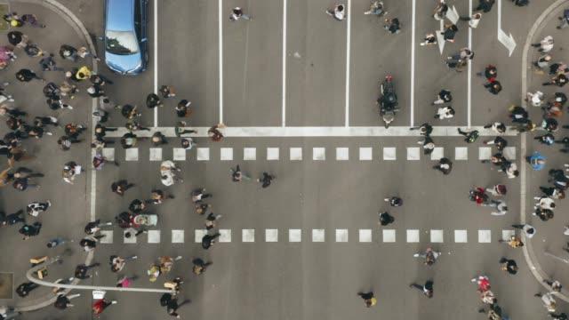Luftaufnahme von Fußgängern, die über – Video