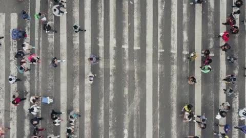 vídeos y material grabado en eventos de stock de vista aérea de peatones que caminan a través de tráfico abarrotado - multitud