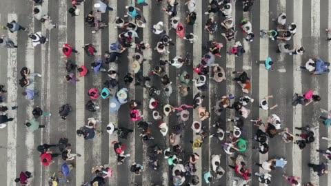 vista aerea dei pedoni che attraversano il traffico affollato - people video stock e b–roll