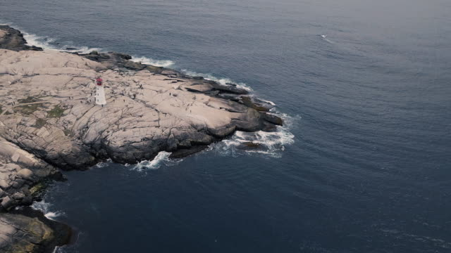 stockvideo's en b-roll-footage met luchtfoto van peggy cove lighthouse - baai