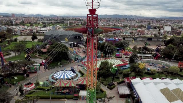 flygfoto över människor att ha kul på en gunga rida på en nöjespark - fritidsanläggning bildbanksvideor och videomaterial från bakom kulisserna