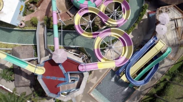 水の公園でのウォーター スライドを滑り落ちる人の空撮 - サムイ島点の映像素材/bロール