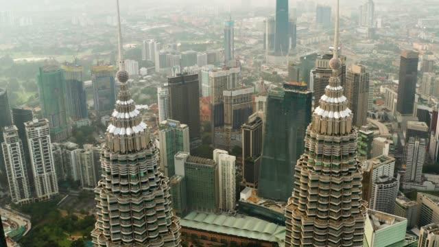 ペトロナスツインタワーの空中写真。クアラルンプールのダウンタウン、マレーシア。マレーシア、クアラルンプールの大都市の金融・ビジネスセンター。 - マレーシア点の映像素材/bロール