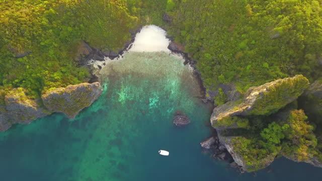 vidéos et rushes de vue aérienne de phi phi, plage de maya avec l'eau de mer turquoise bleue, collines de montagne, et arbres verts tropicaux de forêt au coucher du soleil avec la mer d'andaman dans l'île de phuket en été, thaïlande en voyage. nature. - mer d'andaman