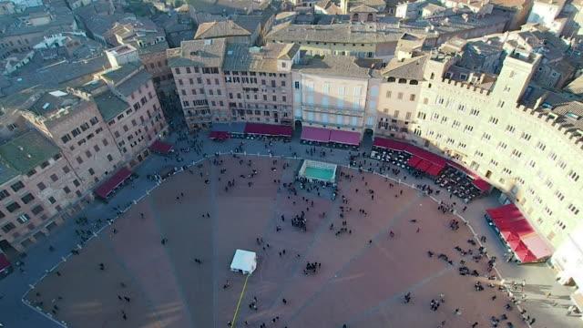 luftaufnahme des piazza del campo in 4k - sportliga stock-videos und b-roll-filmmaterial