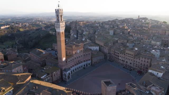 luftaufnahme des piazza del campo in siena, italien - italien stock-videos und b-roll-filmmaterial