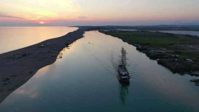 flyg foto över pirat skepp i flod - segelfartyg bildbanksvideor och videomaterial från bakom kulisserna