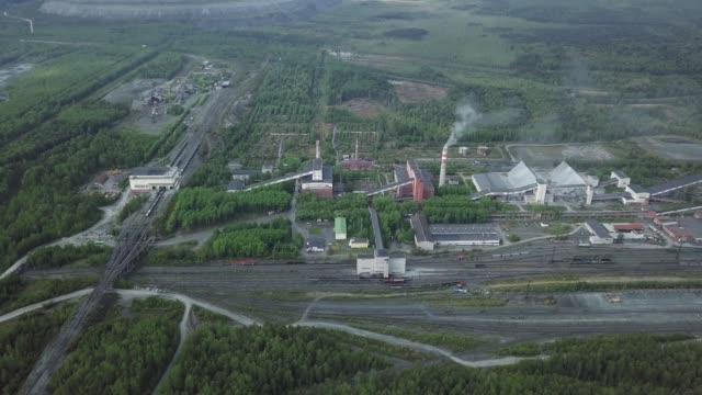 stockvideo's en b-roll-footage met luchtfoto van de plant industriegebied in de buurt van het groene bos, wegen en spoorwegen. rusland - maastricht