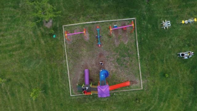 luftaufnahme des spielplatzes - kinderspielplatz stock-videos und b-roll-filmmaterial