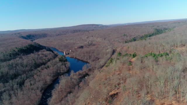 veduta aerea dei monti pocono, appalachi, nella tarda giornata di sole autunnale. the hickory river - hickory run video stock e b–roll