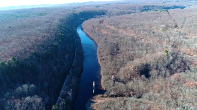 veduta aerea dei monti pocono, appalachi, nella tarda giornata di sole autunnale. il vecchio ponte abbandonato demolito sul fiume hickory run - hickory run video stock e b–roll