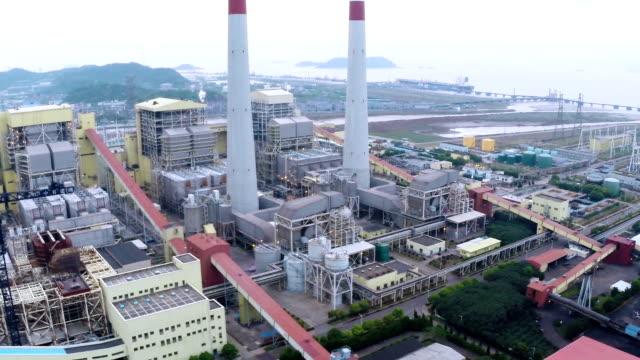 veduta aerea della stazione di energia elettrica al giorno - reattore nucleare video stock e b–roll