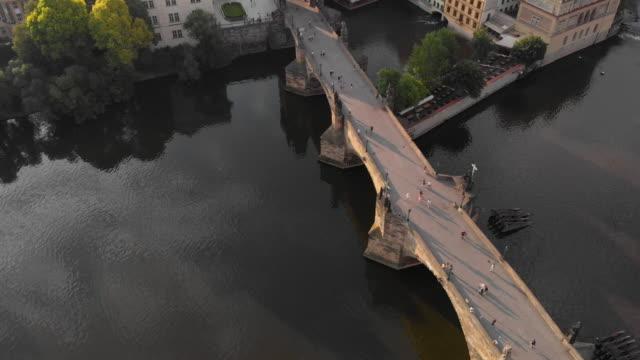 vidéos et rushes de vue aérienne de prague au crépuscule avec la rivière vltava - prague