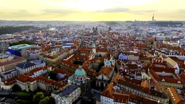 vidéos et rushes de vue aérienne de la ville de prague et le château de prague et fleuve vitava - prague