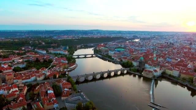 vidéos et rushes de vue aérienne de la ville de prague et le fleuve vitava au matin. - prague
