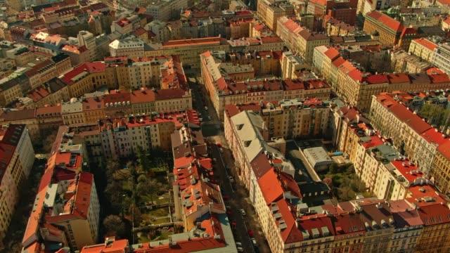 路上で誰も、庭で太陽を楽しんでいる人と検疫下でプラハの空中写真 - チェコ共和国点の映像素材/bロール