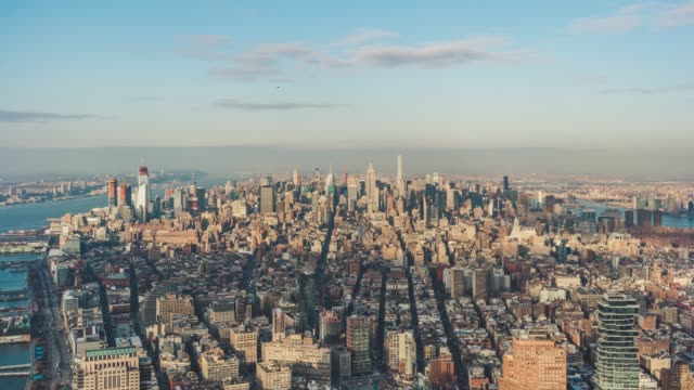 vídeos de stock e filmes b-roll de t/l aerial view of prosperous cityscape of manhattan / nyc - evolução