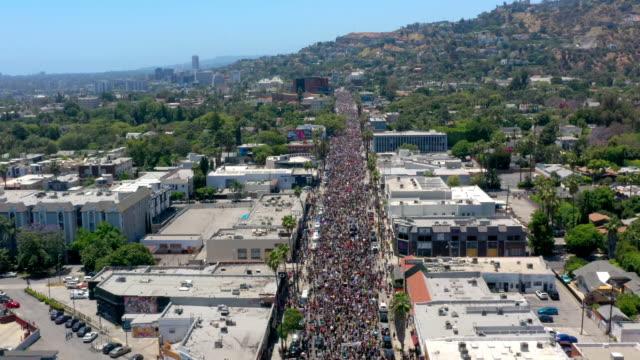 vídeos de stock, filmes e b-roll de vista aérea do protesto em hollywood - lgbt