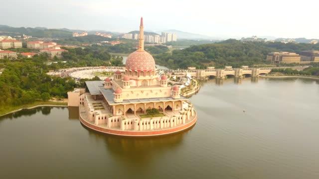 マレーシアの連邦政府の行政の中心地、計画都市クアラルンプールのプトラ モスクの空中ビュー - モスク点の映像素材/bロール