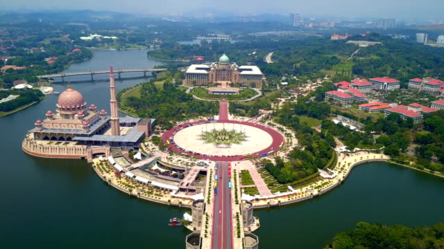 aerial view of putra mosque with garden landscape design and putrajaya lake, putrajaya. the most famous tourist attraction in kuala lumpur city, malaysia - malese video stock e b–roll