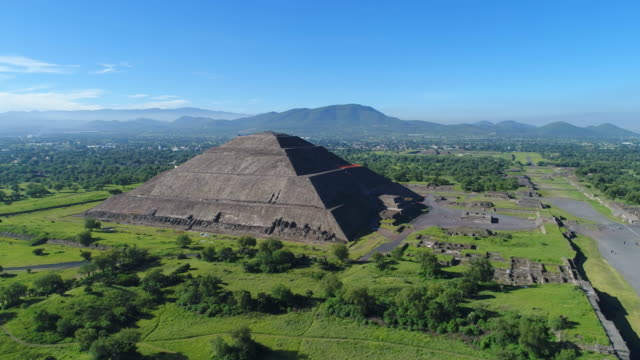 aerial view of pyramids in ancient mesoamerican city of teotihuacan, pyramid of the sun, valley of mexico from above, central america, 4k uhd - antica civiltà video stock e b–roll