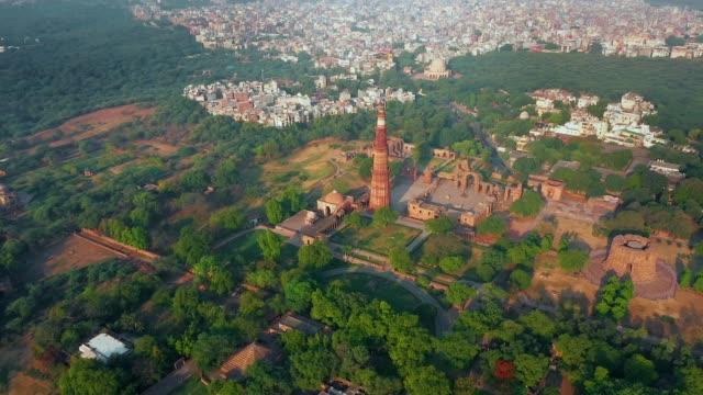 vídeos de stock, filmes e b-roll de vista aérea de qutub minar em delhi, índia. - nova delhi