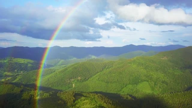 山の虹の空中写真 - レインボー点の映像素材/bロール
