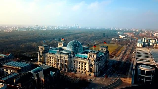 reichstag - almanya berlin parlemento binası, havadan görünümü - cumhuriyet günü stok videoları ve detay görüntü çekimi