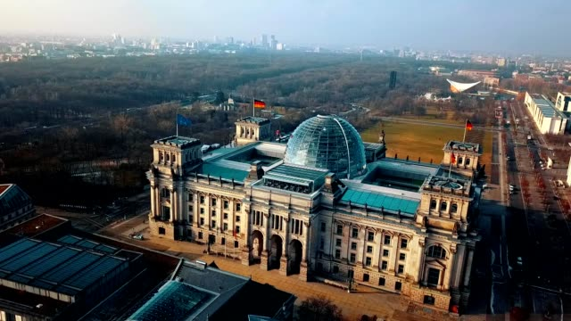 flygfoto över reichstag - berlin parlamentsbyggnaden i tyskland - berlin city bildbanksvideor och videomaterial från bakom kulisserna