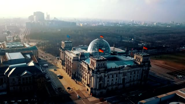stockvideo's en b-roll-footage met luchtfoto van de rijksdag - het parlementsgebouw berlijn in duitsland - kapiteel