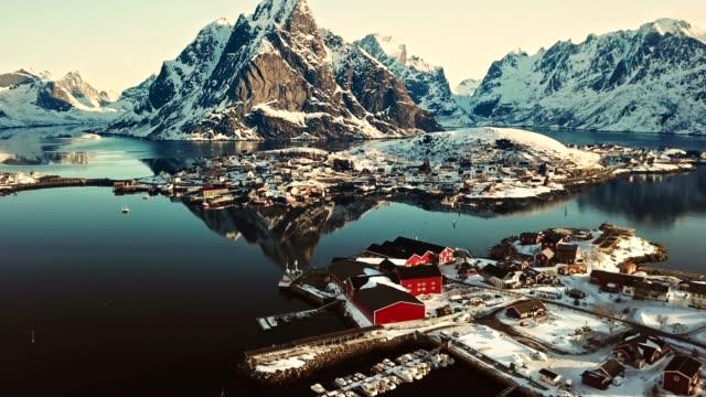vídeos de stock e filmes b-roll de aerial view of reine in norway - lofoten