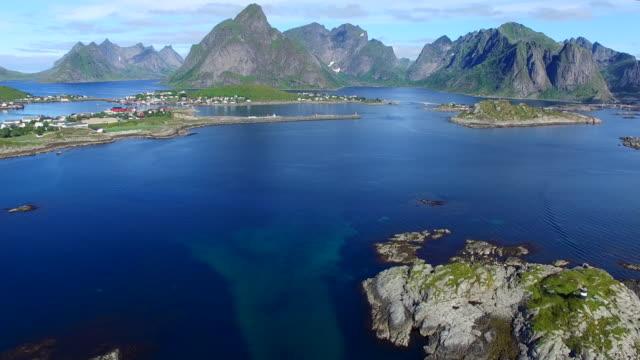 vídeos de stock e filmes b-roll de vista aérea de reine sobre a ilhas lofoten, noruega - reine