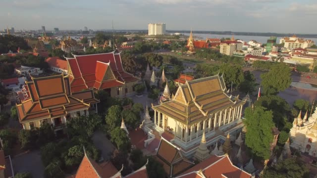 aerial view of religious temples during the sunset, phnom penh, cambodia. - cambogia video stock e b–roll