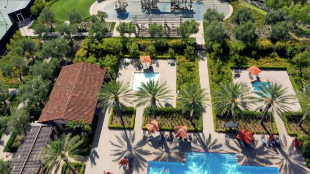 vídeos de stock e filmes b-roll de 4k aerial view of residences in an urban setting during the day - mansão imponente