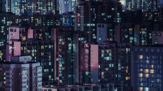 vidéos et rushes de t/l ms zi aerial view du quartier résidentiel de nuit / pékin, chine - absence