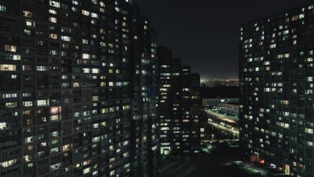 t/l pan luftaufnahme des wohngebiets bei nacht/peking, china - smart city stock-videos und b-roll-filmmaterial