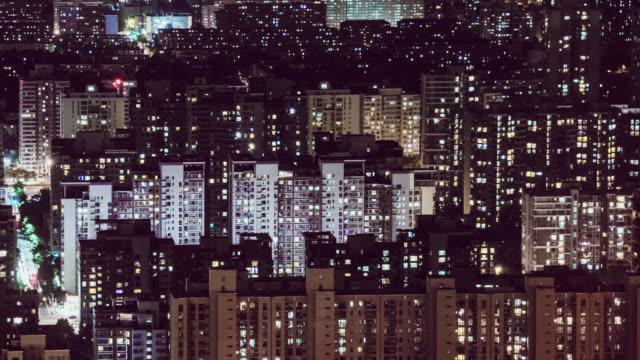 vídeos de stock, filmes e b-roll de vista aérea de t/l tu da área residencial na noite/beijing, china - grade padrão