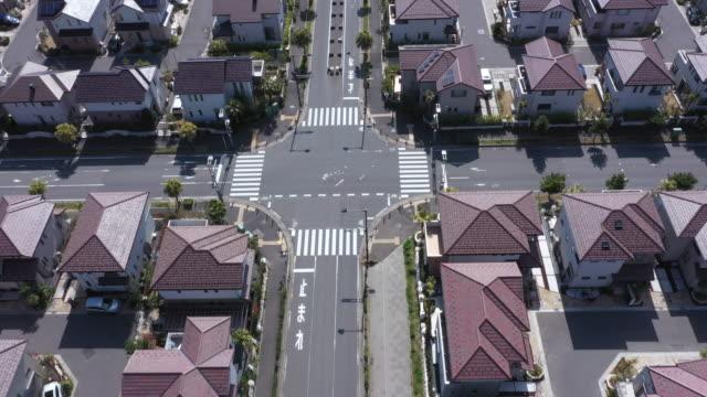 stockvideo's en b-roll-footage met luchtfoto van woonwijk - stadsweg